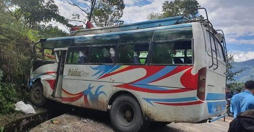 सिन्धुपाल्चोकको लिसंखुपाखरबाट काठमाडौँ आउदैगरेको बस दुर्घटना, ३५ घाइते